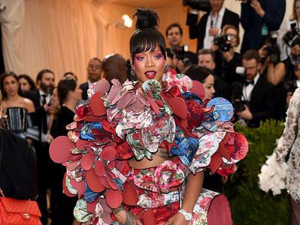 Foto: 10 Selebriti dengan Kostum Paling Unik, Rihanna Hingga Celine Dion