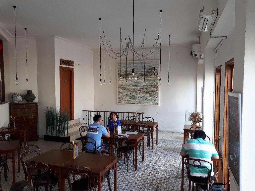 Pantjoran Tea House yang berlokasi di Glodok baru berdiri sekitar satu tahun. Tapi keberadaannya sudah jadi perbincangan karena mengusung konsep kedai teh di tengah Pecinan.