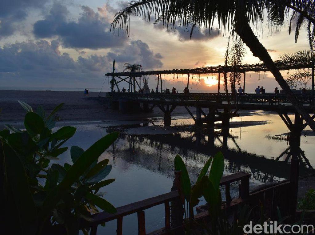 Selain itu, jembatan yang menghubungkan restoran dengan pantai juga bisa jadi tempat ikonik untuk berfoto.