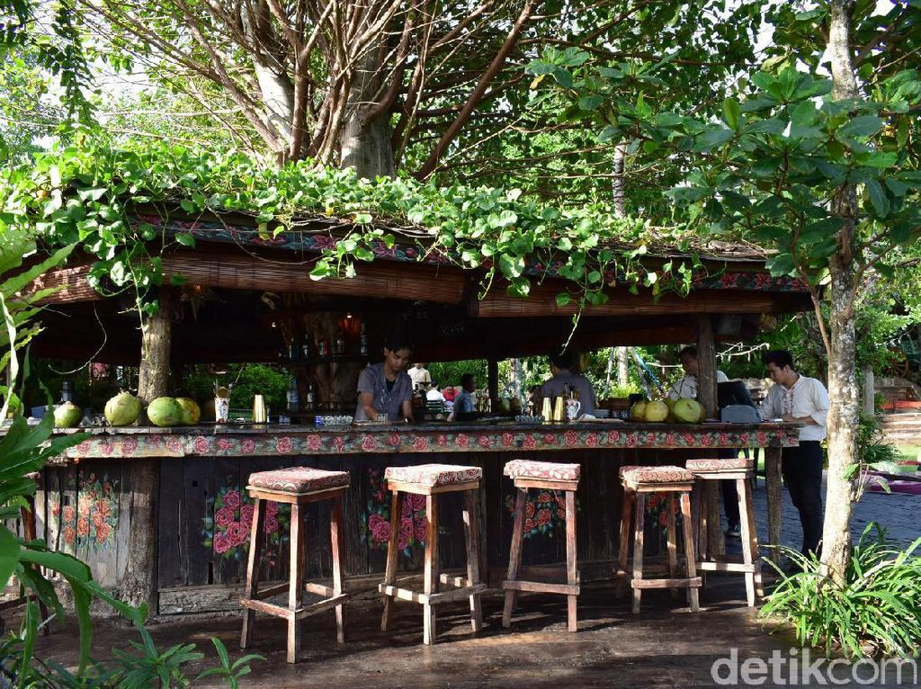 Berjarak 10 menit dari kawasan Seminyak, Anda bisa memilih tempat dekat laguna ataupun di bar. Restoran ini cukup luas, sehingga Anda bisa berjalan-jalan menelusuri restoran dengan pemandangan cantik.
