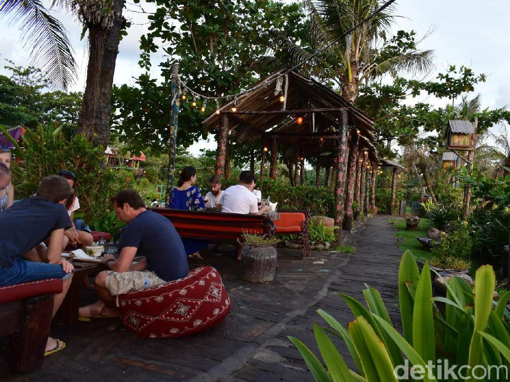 La Laguna yang berada di Jalan Pantai Kayu Putih, Berawa, Canggu menjadi salah satu restoran bernuansa alam yang cantik. Pemandangan hijau dengan kayu-kayu bergambar bunga membuat restoran ini semakin diburu banyak wisatawan. Selain makan enak, Anda bisa berfoto cantik.