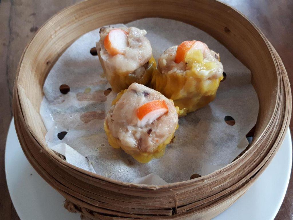 Siomay Kepiting merupakan menu baru di sini. Rasanya gurih cenderung manis dengan tekstur empuk. Dalam siomay ada irisan jamur shitake dan crabstick yang menambah citarasa siomay.