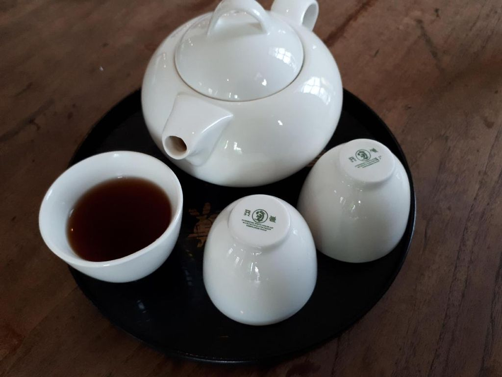 Phu Earl salah satu pilihan Chinese tea di sini. Aroma earthy muncul ketika tersaji di meja. Rasanya sendiri tidak pahit dan ringan. Sedikit mengingatkan akan aroma kayu.