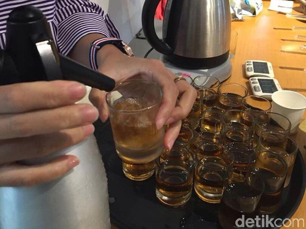 Mengawali Japanese Tea Class, peserta diberi cold brew tea. Teh ini bisa dibuat dengan menaruh dalam wadah lalu ditaruh dalam kulkas selama 6-12 jam. Teh Jepang cocok untuk minuman ini.