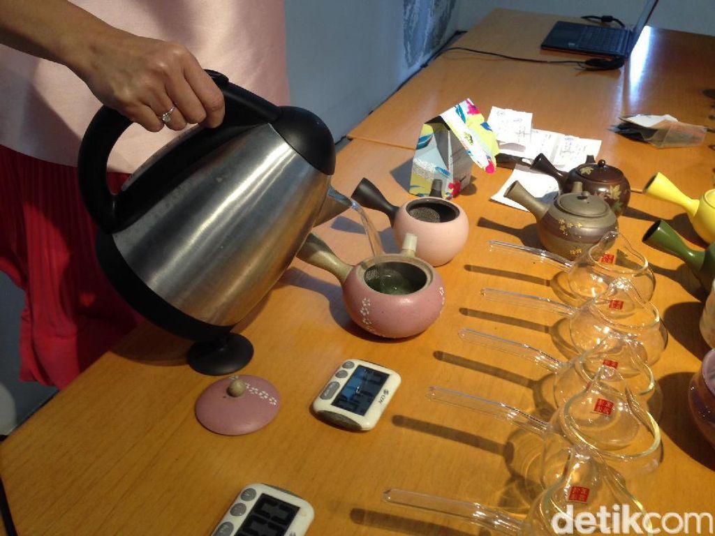 Tiap jenis teh memakai suhu air berbeda untuk seduhan. Genmaicha misalnya menggunakan suhu 96 derajat Celcius. Sementara gyokuro memakai suhu sekitar 55 derajat Celcius.