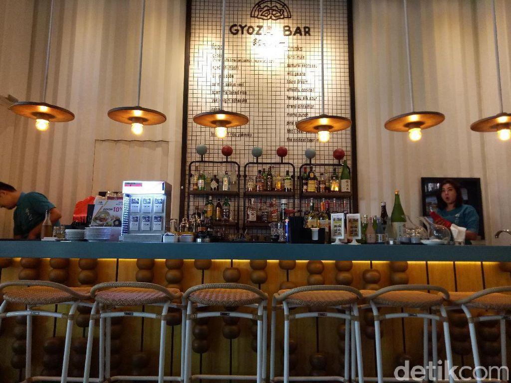 Gyoza Bar resmi dibuka dibuka pada tanggal 7 September 2016. Terletak di Gedung Tribeca tepatnya di lantai dasar Mall Central Park, Jakarta Barat.