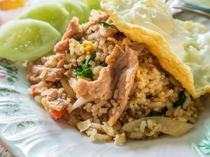 Menu Hari Ke-8: Lezat dan Praktis Sajian Nasi Goreng dengan Isian Komplet