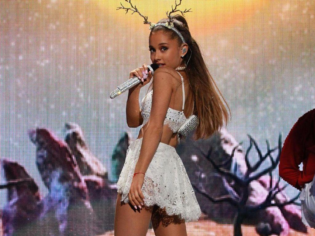 Foto: Penampilan Seksi Ariana Grande Saat Beraksi di Atas Panggung
