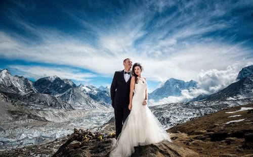 Epic! Pasangan Menikah di Gunung Everest Setelah Trekking 3 Minggu