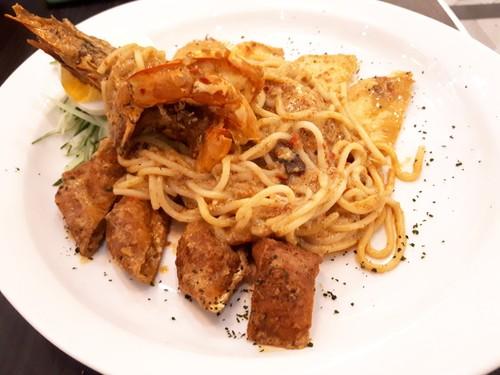 OWL Cafe: Sedapnya Spaghetti Bersaus Laksa hingga Durian Pengat yang Legit