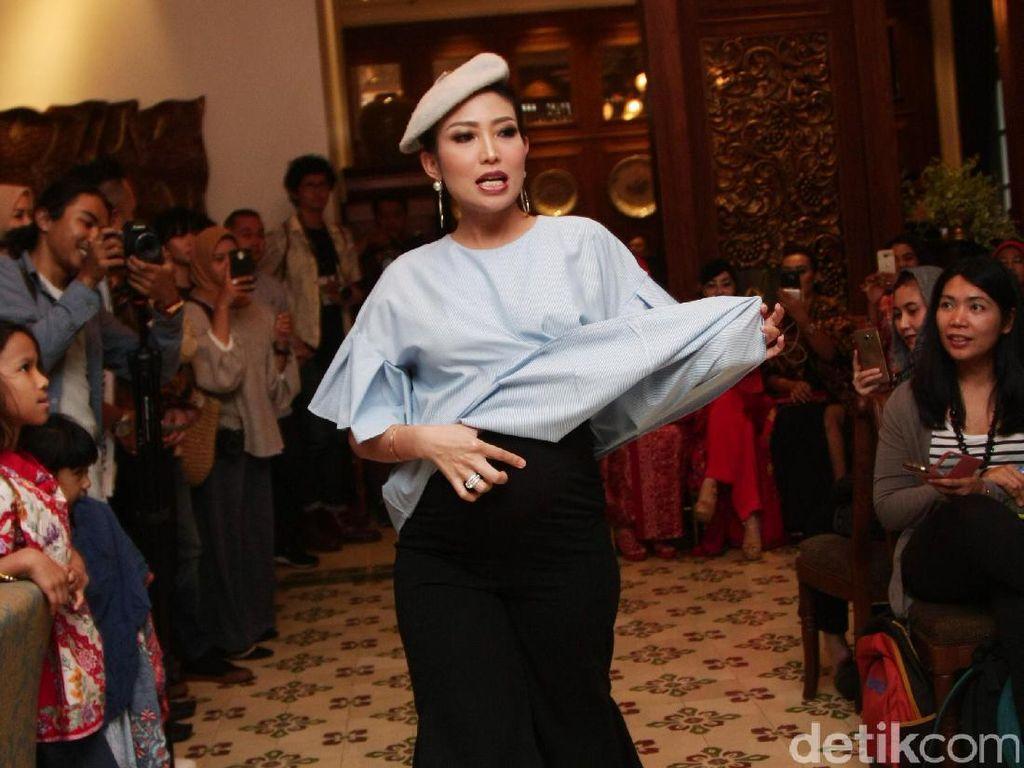 Foto: Kolaborasi Ayu Dewi di Fashion Show Luna Habit