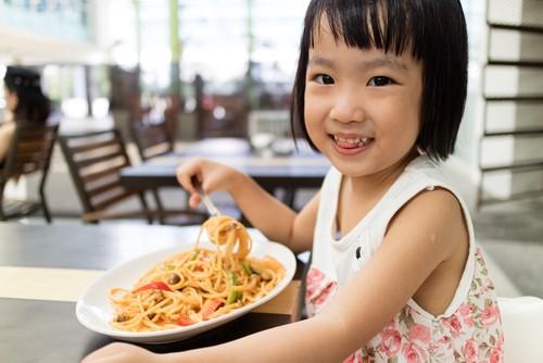Kalau si Kecil Tak Mau Makan Nasi, Buatkan Saja Mie Enak dengan Panduan Ini