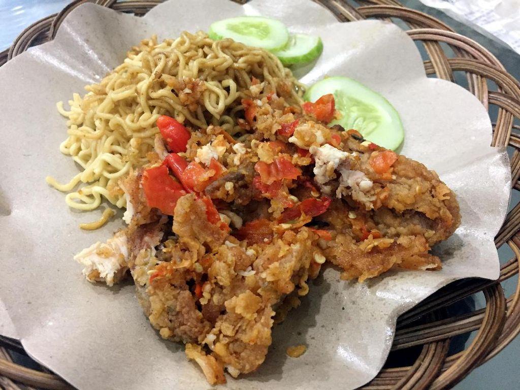 Dari Tempe, Kini Ayam Goreng Tepung Juga Ikutan Dipenyet