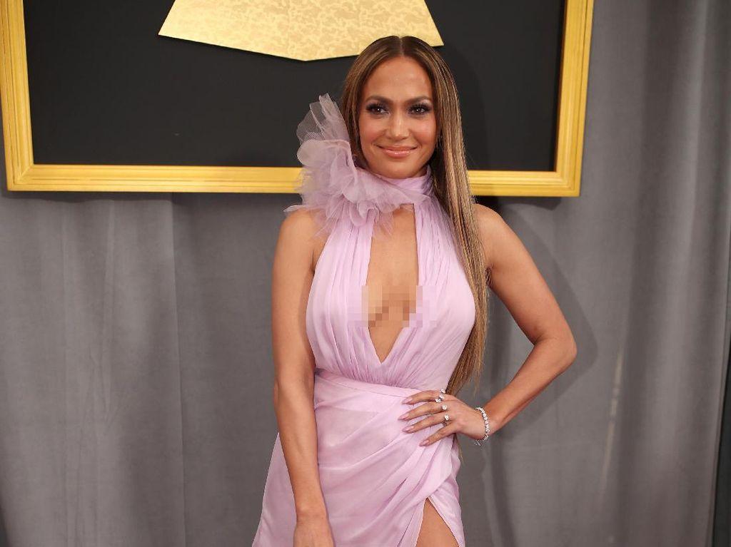 Foto: 15 Busana Ketat Jennifer Lopez yang Mencuri Perhatian