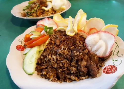 Nasi Goreng Bom Bom: Harum Berempah Nasi Goreng Kebuli dengan Potongan Daging Kambing