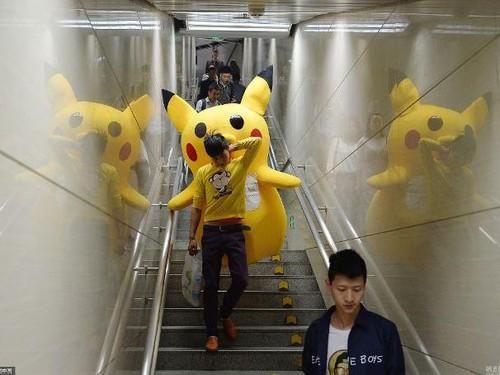 Kisah Haru Ayah yang Berkostum Pikachu Demi Biaya Pengobatan Putrinya