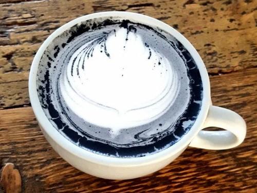 Charcoal Latte yang Berwarna Hitam Pekat Kini Jadi Tren Baru di Instagram