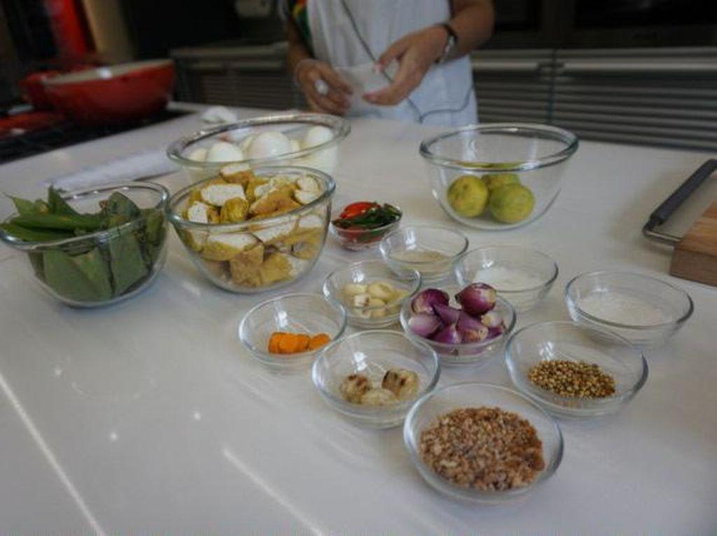 Menu pertama, adalah gulai ayam, telur dan tahu. Selain memperkenalkan beragam bahan makanannya, Joanna juga memberikan cara bagaimana merebus telur yang benar serta berbagi tips membuat sajian gulai dengan paduan ebi agar citarasanya semakin gurih enak.