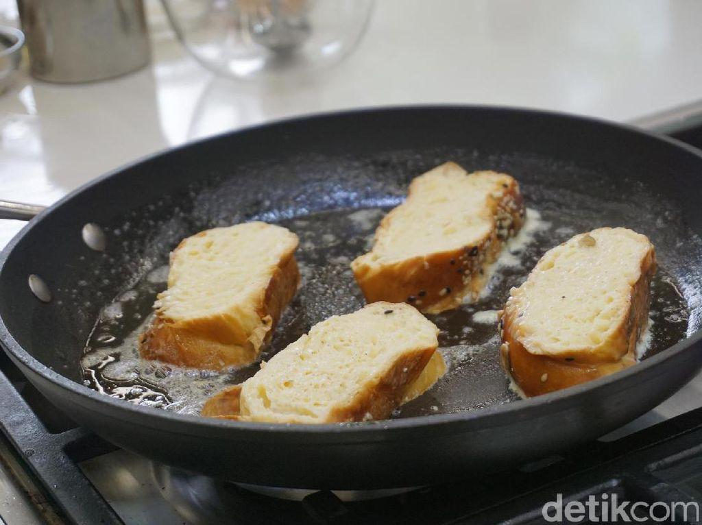 French toast dibuat dengan roti Challah. Setelah direndam dengan susu, bubuk kayu manis, gula dan extract vanilla. Rotinya dipanggang dengan mentega hingga bagian luarnya kecokelatan.