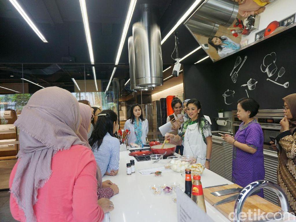 Para peserta sangat antusias dalam memperhatikan tips memasak dari Joanna. Tak jarang pula peserta yang bertanya mengenai proses memasak.
