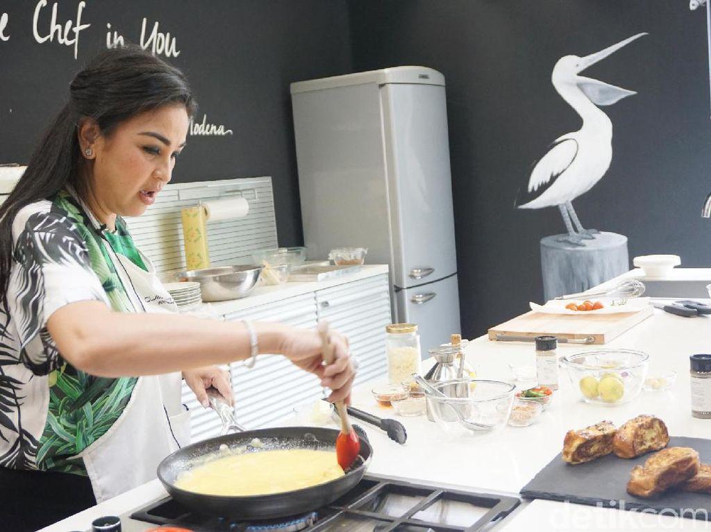 Kali ini Joanna Lasmono, Ibu Rumah Tangga Professional membeberkan langsung tips dan trik memasak. Ada 4 jenis makanan yang diajarkan kepada peserta. Salah satunya adalah ayam goreng mentega, shirataki goreng, gulai ayam telur tahu dan American breakfast.