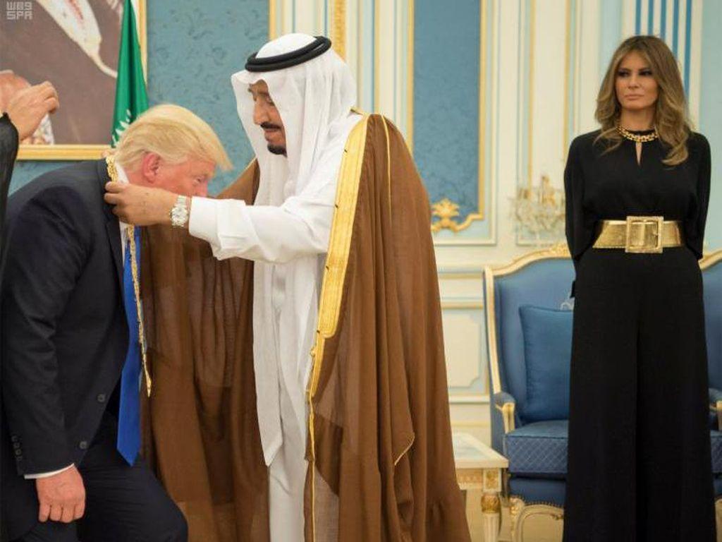 Foto: Adu Gaya Melania Trump Vs Michelle Obama di Arab Saudi