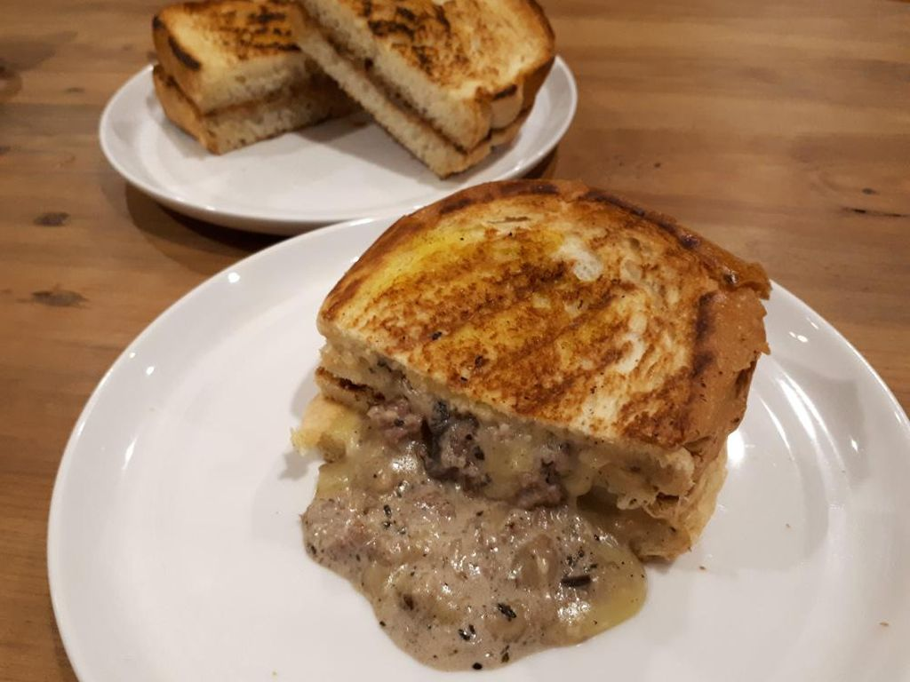 Roti Eneng: Ada Creamy Grilled Cheese dan Pasta Bertabur Teri yang Gurih