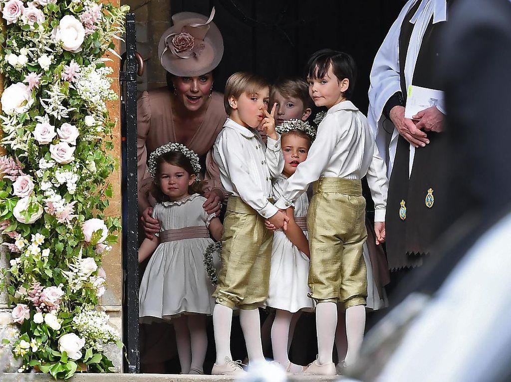 Lucu atau Tak Sopan? Pose Bocah Lelaki di Pernikahan Pippa Middleton Ini Viral