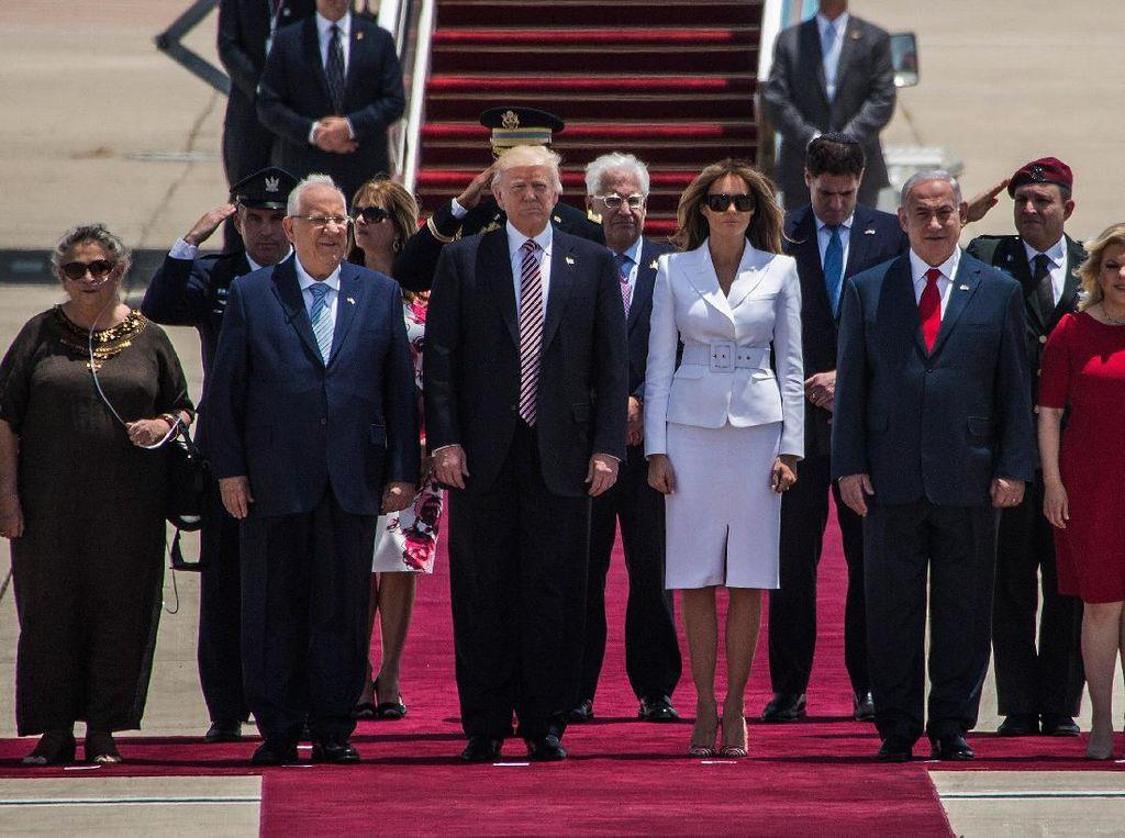 Viral, Momen Melania Tepis Tangan Donald Trump Saat Akan Digandeng