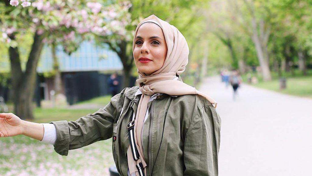 Kisah Inspiratif Hijabers Cantik Bertemu Gelandangan di Taman London