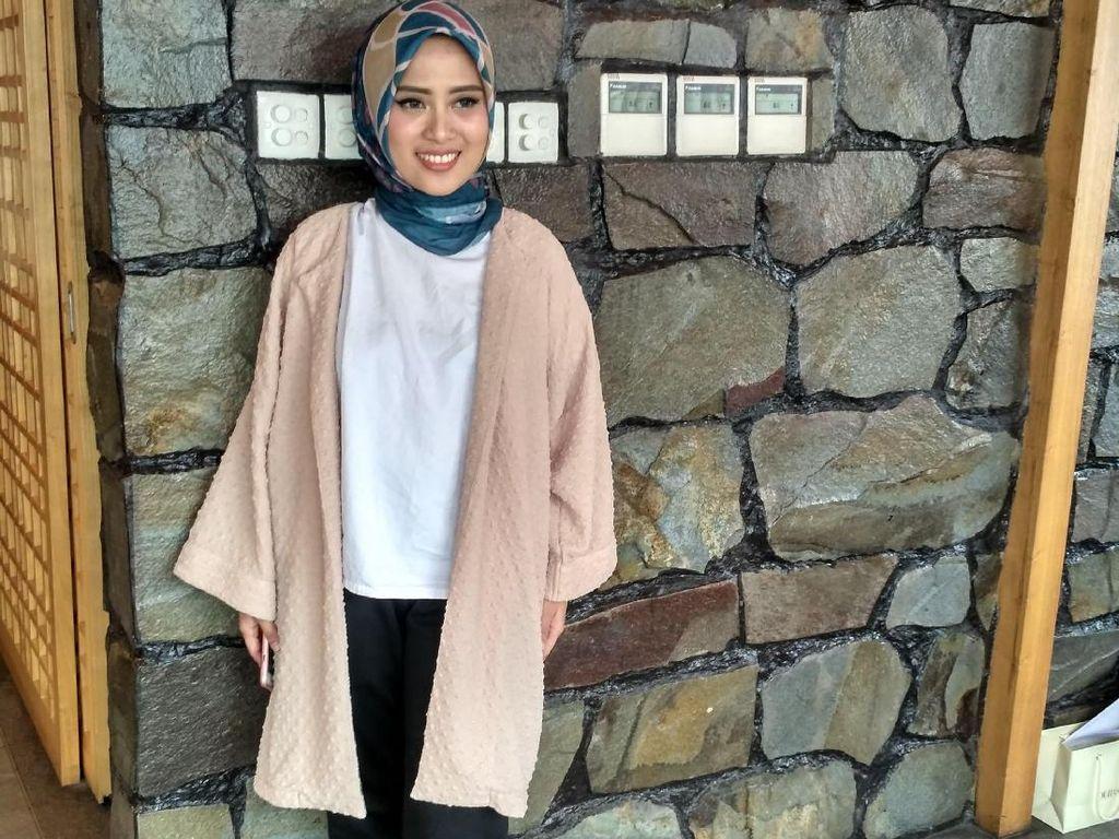 Tinggalkan Kesan Polos, Restu Anggraini Desain Baju Muslim Bermotif