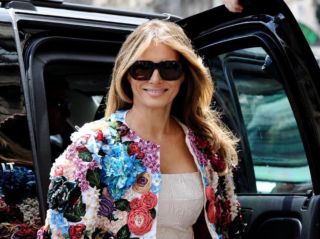 Foto: Gaya Melania Trump Pakai Coat Rp 685 Juta Saat di Italia