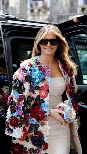 Melania Trump Jadi Kontroversi Pakai Coat Seharga Gaji Karyawan Setahun