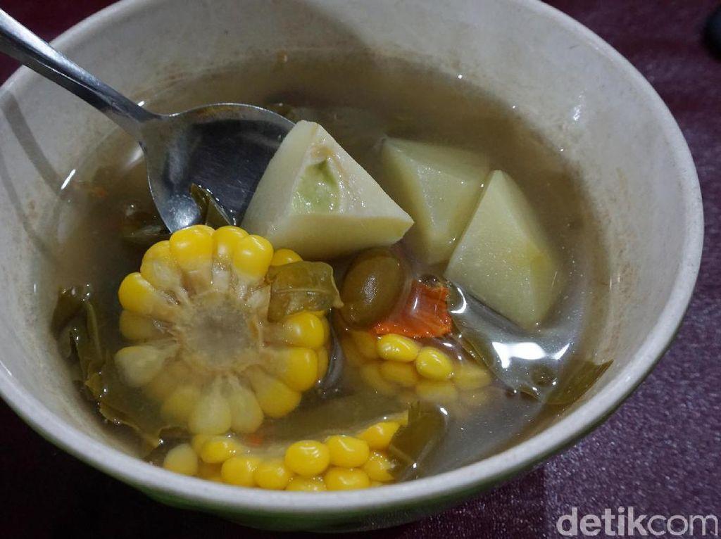 Nasi hangat enak disantap bersama dengan sayur asem hangat dan segar. Isiannya komplet berupa potongan labu, jagung, melinjo hingga kacang panjang.