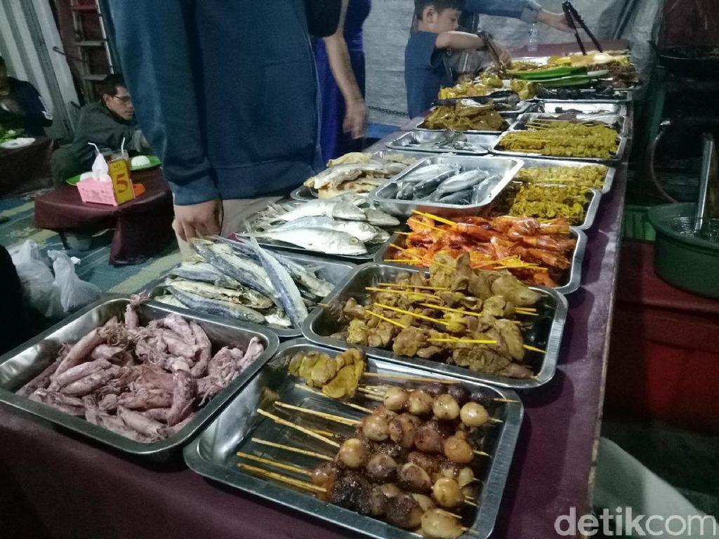 Berada di jalan RS. Fatmawati, Anda bisa mampir ke sini. Ada banyak pilihan lauk yang bisa Anda coba yaitu kulit ayam, udang, cumi-cumi, ikan bawal hingga ikan asin. Anda bebas pilih lauknya!
