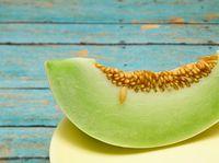 Melon yang mengandung beta karoten dan vitamin A, diyakini dapat mengatur pertumbuhan sel kulit di kepala. (Foto: iStock)