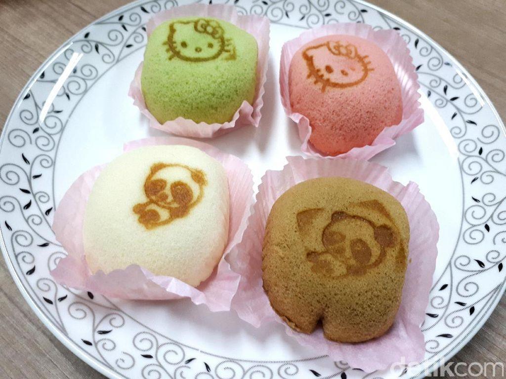 Soft cake di sini kabarnya dikukus bukan dipanggang. Sehingga tekstur cake-nya begitu lembut dan lembab.