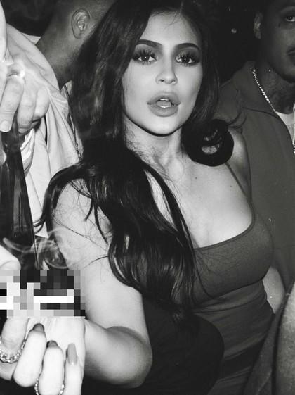 Kylie Jenner Dikritik Pasca Unggah Foto Pegang Rokok