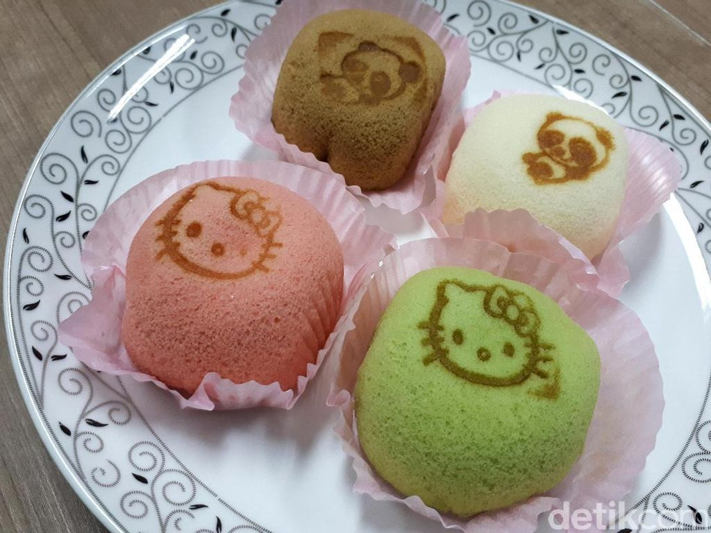 Ada 5 pilihan rasa soft cake dengan gambar beruang, Hello Kitty, panda dan kelinci untuk stampnya. Satu kotak isi 12 soft cake dibanderol Rp 180.000.