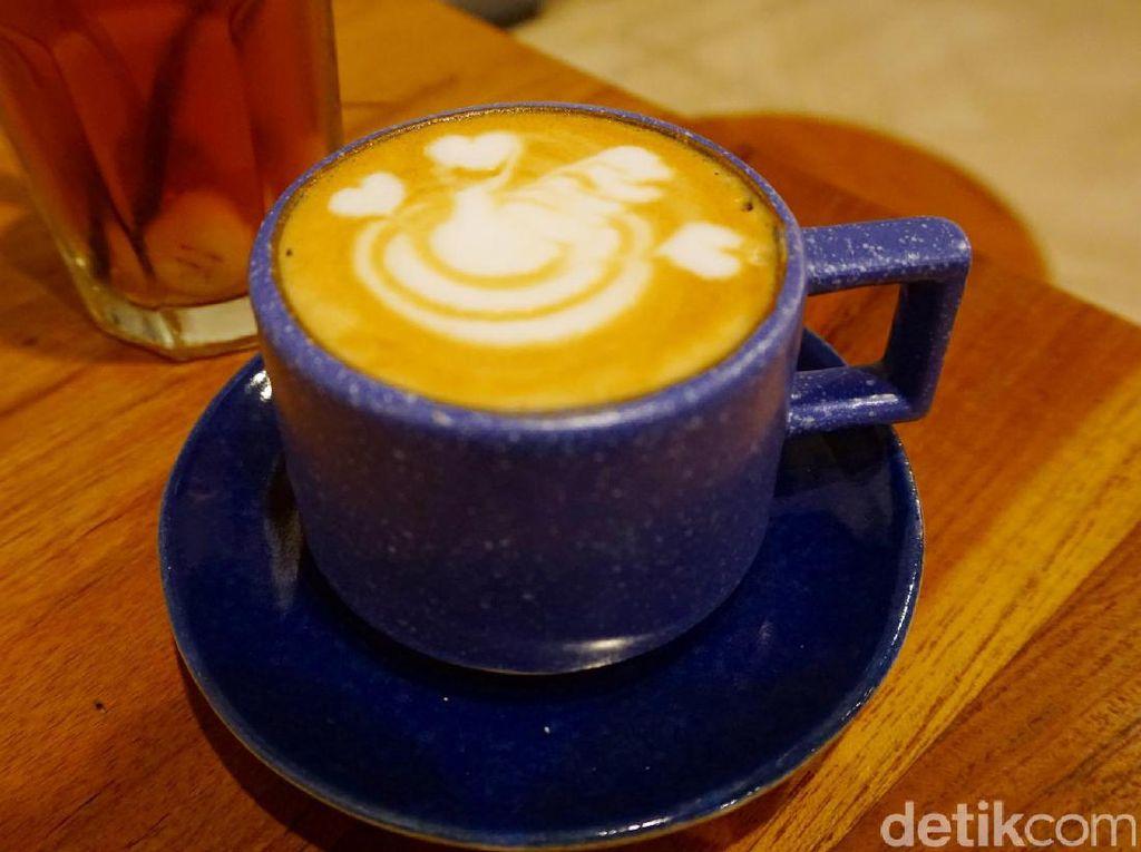 Secangkir cappuccino disajikan dalam cangkir mungil yang lucu. Dibuat dengan campuran kopi Aceh Gayo dan Brazil, enak dinikmati hangat-hangat!