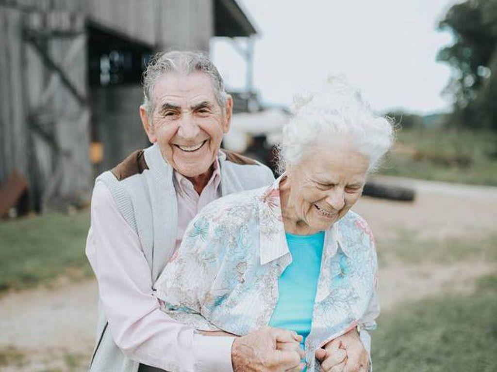 Foto Romantis Pasangan yang Sudah Menikah 68 Tahun Ini Bikin Iri