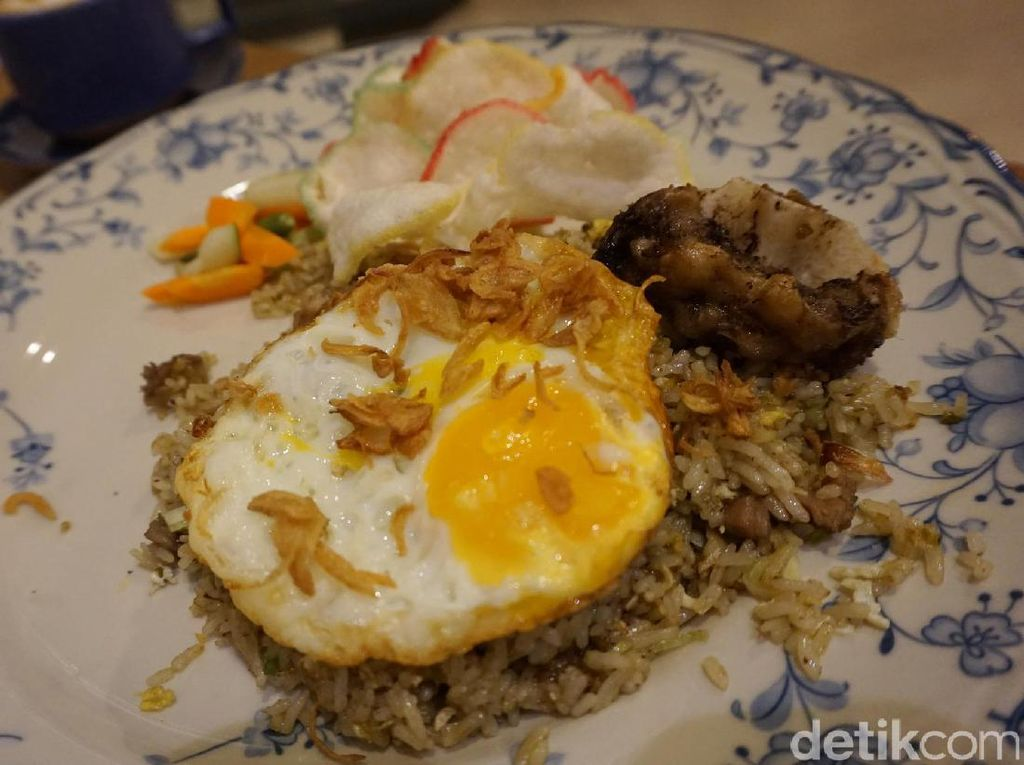 Nah, kalau perut sedang lapar, sepiring nasi goreng buntut sangat cocok jadi pilihan. Nasi dipadu dengan bumbu gurih sangat enak apalagi dipadu dengan daging buntut, telur setengah matang hingga irisan daun bawang yang sedap!