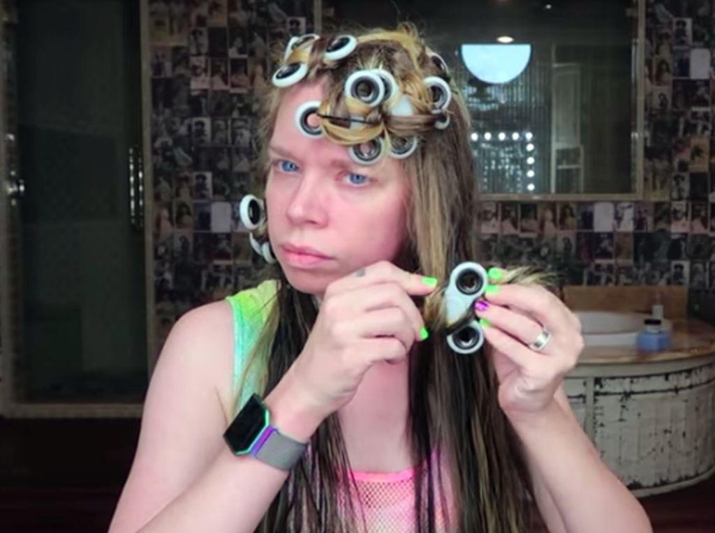 Wanita Ini Gulung Rambut Pakai Fidget Spinner, Seperti Apa Hasilnya?