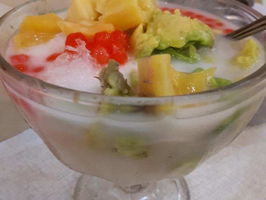 Segarkan tenggorokan dengan es teler manis berisi alpukat, biji delima, nangka hingga irisan kelapa muda.