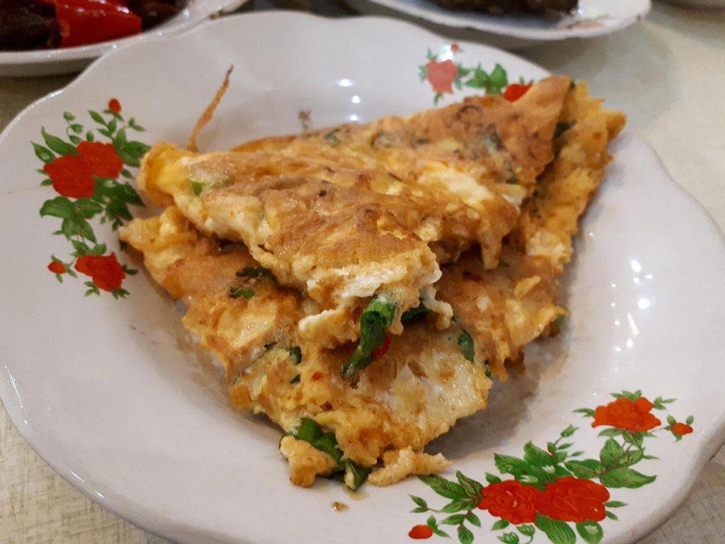 Pencinta telur dadar patut cicip telur dadar Sabana Nasi Kapau. Telurnya tebal, empuk dan gurih.
