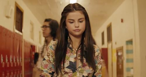 Gaya Jadul ala Selena Gomez di Video Klip Bad Liar