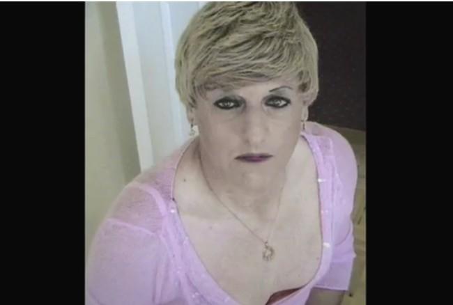 Potret Dokumentasi Transisi Seorang Transgender Wanita