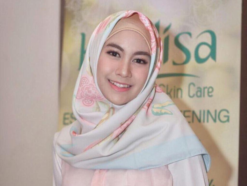 Foto: 10 Inspirasi Gaya Hijab Satin Bermotif Ala Selebriti