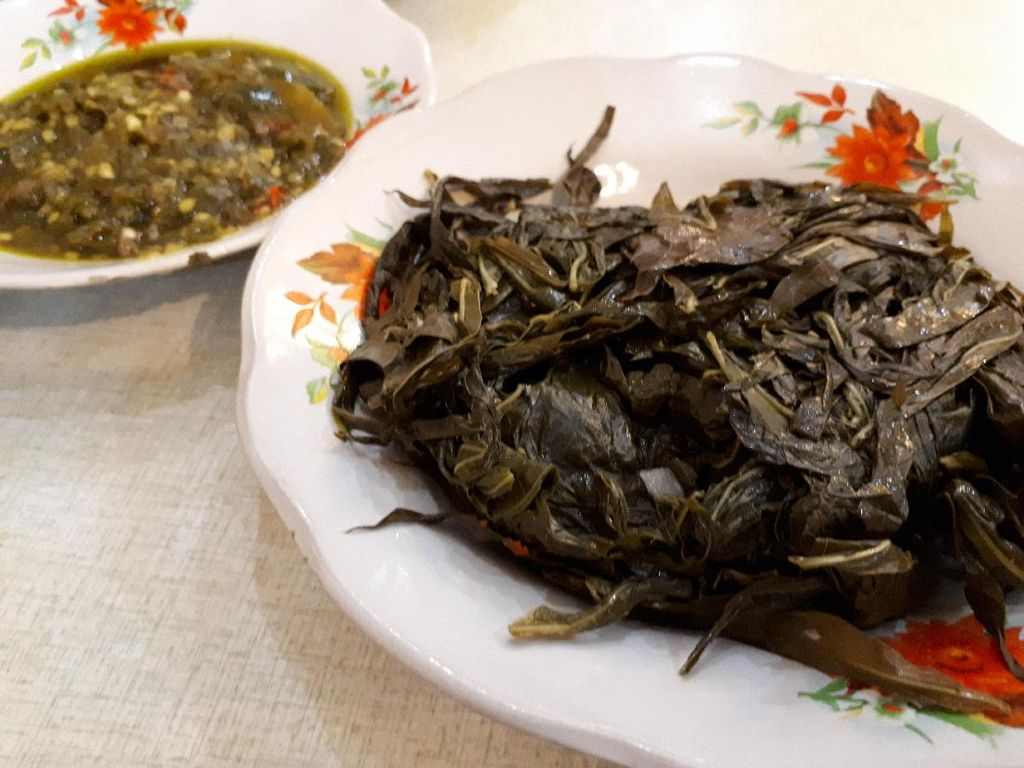 Makan nasi hangat makin nikmat dengan pelengkap daun singkong dan sambal hijau.