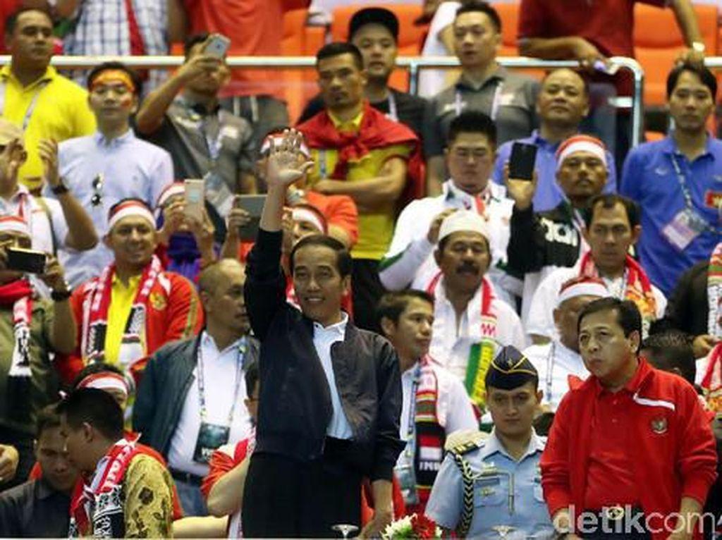 Foto: 10 Gaya Kekinian Jokowi yang Nggak Kalah Sama Anak Muda